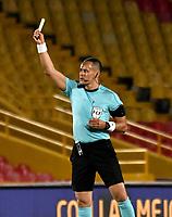 BOGOTA-COLOMBIA, 05-11-2020: Edilson Ariza, arbitro muestra tarjeta amarilla a Dairon Mosquera (Fuera de Cuadro) de Independiente Santa Fe, durante partido de la fecha 18 entre Independiente Santa Fe y Deportivo Independiente Medellin, por la Liga BetPlay DIMAYOR 2020 en el estadio Nemesio Camacho El Campin de la ciudad de Bogota. / Edilson Ariza, referee shows yellow card to Dairon Mosquera (Out of Pic) of Independiente Santa Fe, during a match of the 18th date between Independiente Santa Fe and Deportivo Independiente Medellin, for the BetPlay DIMAYOR League 2020 at the Nemesio Camacho El Campin Stadium in Bogota city. / Photo: VizzorImage / Luis Ramirez / Staff.