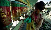 Dharamsala / India.Dharamsala, piccola stazione montana nello stato dell'Himachal Pradesh, nel nord dell'India, è nota per essere l'attuale sede del governo tibetano in esilio. Nella foto membri della comunità tibetana nel Tempio di McLeod Ganj. .Foto Livio Senigalliesi..Dharamsala / India.Dharamsala is a hill station in Himachal Pradesh in the north of India, famed for its large Tibetan community centred around the activities of the Dalai Lama. In the picture some tibetans rolling the prayer wheels at Temple road, McLeod Ganj..Photo Livio Senigalliesi.