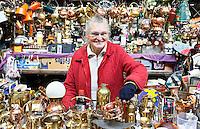 Nederland  Beverwijk - 2017. De Bazaar in Beverwijk. De Bazaar in Beverwijk is al 37 jaar de plek waar uiteenlopende culturen samenkomen en is de grootste overdekte markt in Europa. De Bazaar bestaat uit verschillende marktdelen. De Zwarte Markt. Tweedehands koperen potten, pannen etc.     Foto mag niet in negatieve context gebruikt worden.    Foto Berlinda van Dam / Hollandse Hoogte