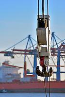Kranhaken vor Containerverladung im Hamburger Hafen: EUROPA, DEUTSCHLAND, HAMBURG, (EUROPE, GERMANY), 21.11.2013  Kranhaken vor Containerverladung im Hamburger Hafen am Burchardkai