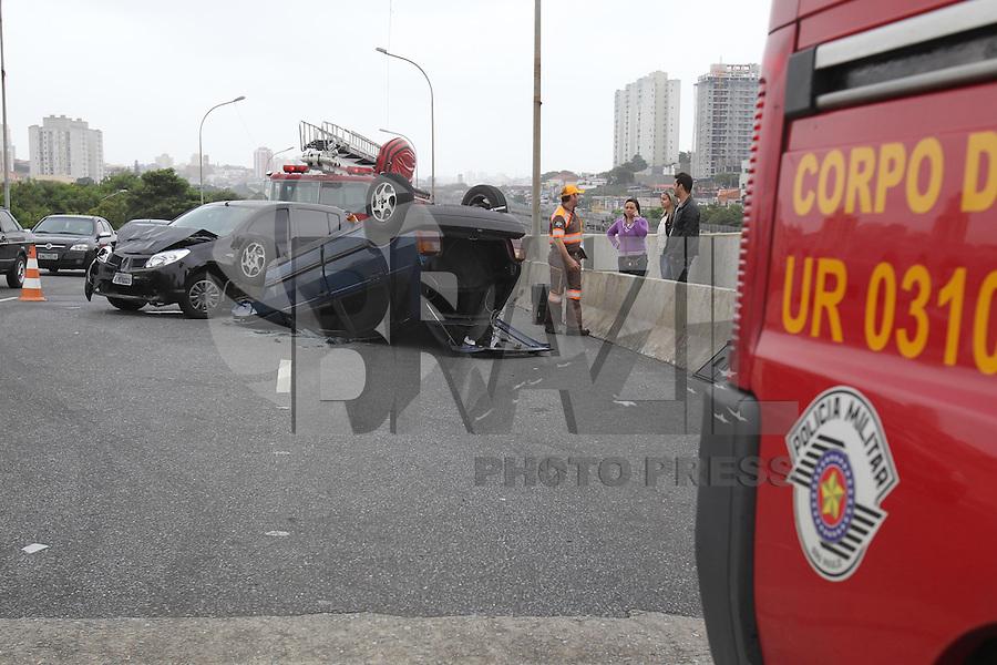 SÃO PAULO, SP, 12 JANEIRO 2013 - DUPLO CAPOTAMENTO - Na manhã desse Sabado (12) um acidente que aconteceu na alça de acesso que liga a Rua Alvinopolis a Av Conde de Frontin (Radial Leste) nas proximidades do Metro Penha, deixou dois veiculos capotados. Uma pessoa ficou ferida e teve de ser socorrida a hospital da região. Segundo informações o veiculo que causou o acidente fugiu do local. FOTO: LUIZ GUARNIERI / BRAZIL PHOTO PRESS).