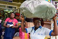 TOGO, Lome, Zentrum DZIDUDU der Organisation BNCE (Bureau National Catholique de l'Enfance) zur Betreuung von Lastentraegerinnen und Marktfrauen und deren Kindern, auf dem Grossen Markt, Traegerin Dédé AMATOUTUI
