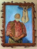 """Cuba/Env La Havane/San Francisco de Paula: Portrait d'Ernst Hemingway dans la bibliothèque de la """"Finca Vigia"""" ferme de la vigie maison de l'écrivain"""