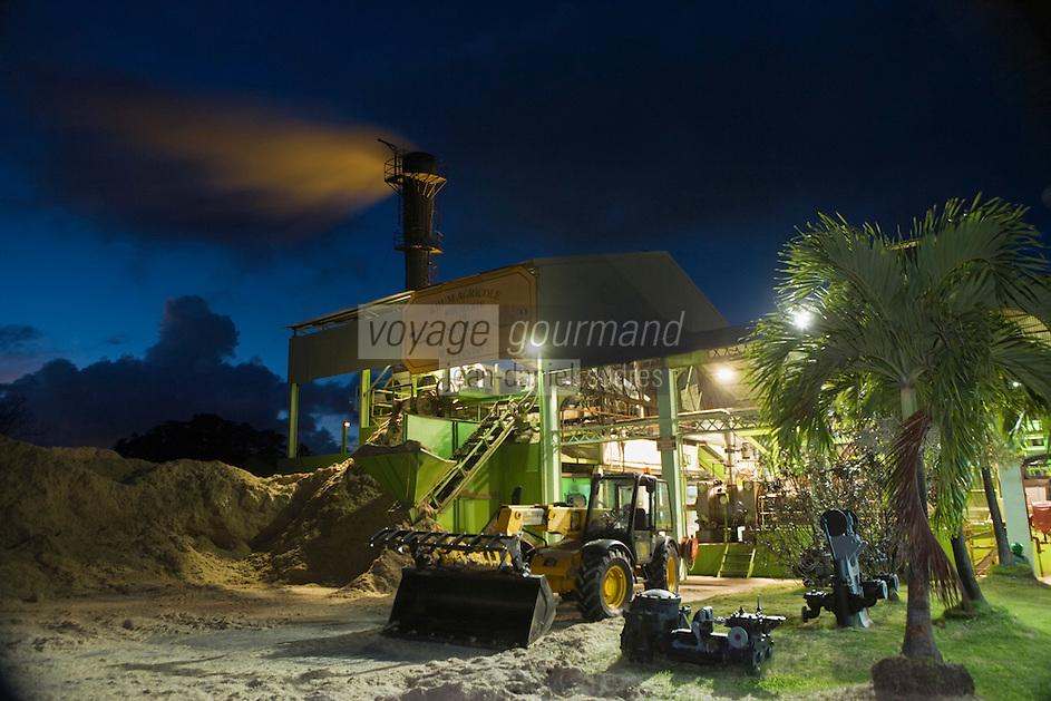 France/DOM/Martinique/ Le François: Distillerie du Simon- la distillation de la canne à sucre se poursuit durant la nuit