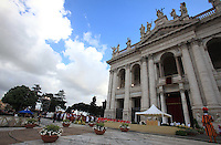 Papa Francesco celebra la messa del Corpus Domini sul sagrato della Basilica di San Giovanni in Laterano alla Basilica di Santa Maria Maggiore, a Roma, 30 maggio 2013.<br /> Pope Francis  celebrates the Corpus Domini mass on the parvis of St. John Lateran Basilica in Rome, 30 May 2013.<br /> UPDATE IMAGES PRESS/Isabella Bonotto<br /> <br /> STRICTLY ONLY FOR EDITORIAL USE
