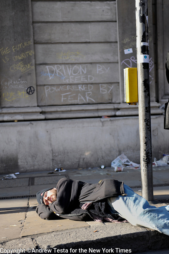 UK. London. 1st April 2009..a demonstrator sleeps outside the bank of england .©Andrew Testa for the New York times