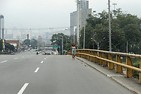 MEDELLIN - COLOMBIA, 30-03-2020: Una mujer camina por una eslada avenida en Medellín durante el octavo día de la cuarentena total en el territorio colombiano causada por la pandemia  del Coronavirus, COVID-19. / A woman walks through desolate avenue in Medellin during the eighth day of total quarantine in Colombian territory caused by the Coronavirus pandemic, COVID-19. Photo: VizzorImage / Leon Monsalve / Cont