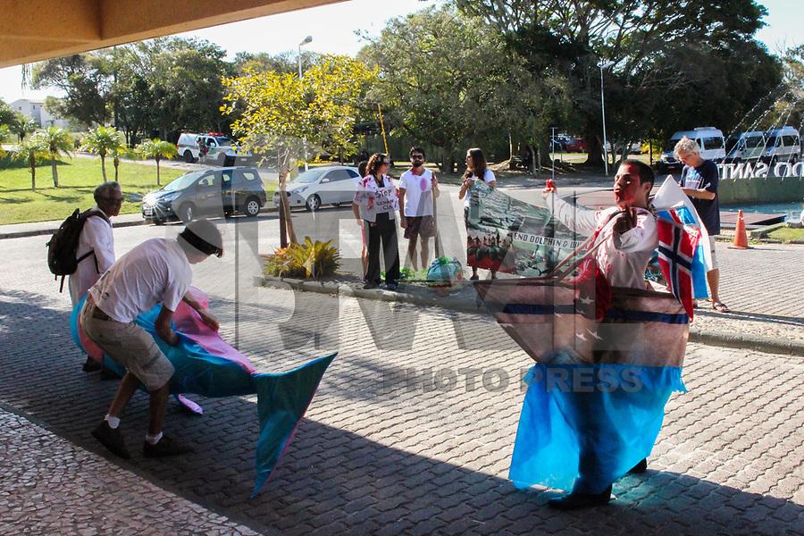 FLORIANOPOLIS, SC, 09.09.2018 - PROTESTO-SC - Protesto de ONGs Ambientais na frente do Costão do Santinho Resort local onde acontece 67ª reunião anual de Membros da IWC (International Whaling Commission) em Forianopolis na tarde deste domingo 09. (Foto: Naian Meneghetti/Brazil Photo Press)
