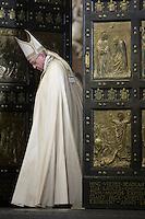 Papa Francesco chiude la Porta Santa a conclusione del Giubileo della Misericordia, nella Basilica di San Pietro, Citta' del Vaticano, 20 novembre 2016.<br /> Pope Francis closes the Holy Door for the conclusion of the Jubilee of Mercy, in St. Peter's Basilica at the Vatican, 20 November 2016.<br /> UPDATE IMAGES PRESS /Donatella Giagnori - Pool<br /> <br /> STRICTLY ONLY FOR EDITORIAL USE