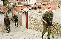 Deutsche KFOR-Soldaten (Fallschirmjaeger) patroullieren in Prizren durch einen Stadtteil, in dem vor dem Einmarsch der Nato-Einheiten hauptsaechlich Kosovo-Serben gewohnt haben. Sie fluechteten aus Furcht vor Rache der Kosovo-Albaner.<br /> Prizren/Jugoslawien, 30.7.1999<br /> Copyright: Christian-Ditsch.de<br /> [Inhaltsveraendernde Manipulation des Fotos nur nach ausdruecklicher Genehmigung des Fotografen. Vereinbarungen ueber Abtretung von Persoenlichkeitsrechten/Model Release der abgebildeten Person/Personen liegen nicht vor. NO MODEL RELEASE! Don't publish without copyright Christian-Ditsch.de, Veroeffentlichung nur mit Fotografennennung, sowie gegen Honorar, MwSt. und Beleg. Konto: I N G - D i B a, IBAN DE58500105175400192269, BIC INGDDEFFXXX, Kontakt: post@christian-ditsch.de<br /> Urhebervermerk wird gemaess Paragraph 13 UHG verlangt.]
