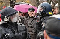 """Sogenannten """"Querdenker"""" sowie verschiedene rechte und rechtsextreme Gruppen hatten fuer den 18. November 2020 zu einer Blockade des Bundestag aufgerufen. Sie wollten damit verhindern, dass es """"eine Abstimmung ueber das Infektionsschutzgesetz"""" gibt - unabhaengig ob es diese Abstimmung tatsaechlich gibt.<br /> Bereits in den Morgenstunden versammelten sich ca. 2.000 Menschen, wurden durch Polizeiabsperrungen jedoch gehindert zum Reichstagsgebaeude zu kommen. Sie versammelten sich daraufhin u.a. vor dem Brandenburger Tor.<br /> Im Bild: Unter den Demonstranten waren etliche Rechtsextremisten der NPD und dem """"3. Weg"""", so wie der Hamburger Nazi Thomas """"Steiner"""" Wulff.<br /> 18.11.2020, Berlin<br /> Copyright: Christian-Ditsch.de"""