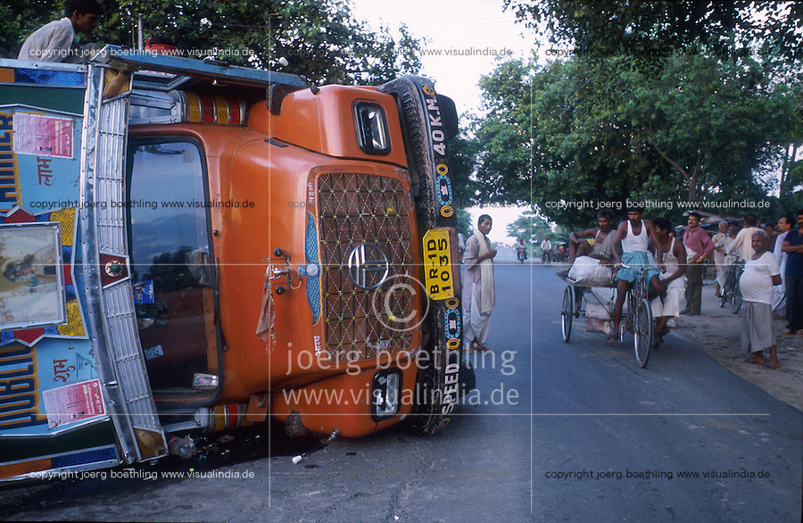 INDIA Bihar, road accident with TATA lorry on highway road / INDIEN, Verkehrsunfall auf Strasse in Bihar umgekippter TATA LKW Lastwagen