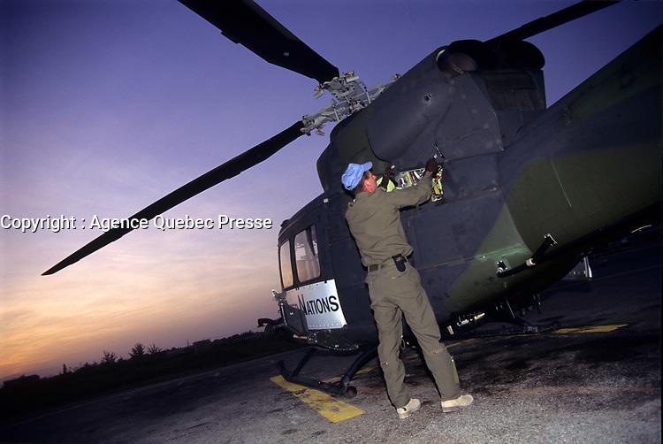 A Canadian army soldier check a chopper before an early morning flight,  during the United Nation<br /> 1997 peace mission in Haiti.<br /> <br /> Les soldats de l'armée Canadienne durant la mission de paix de l'ONU en 1997 en Haiti.<br /> <br /> photo : (c)  Images Distribution