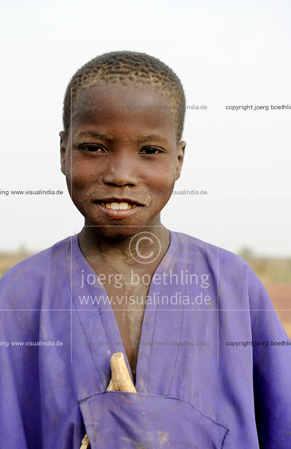 Westafrika Mali Mopti, muslimische Kinder mit Holzrasseln sammeln Geld fuer den Bau einer Moschee, die Kinder gehoeren der Ethnie der Peulh an , Junge Mamadou 12 Jahre / Mali Mopti, muslim children of ethnie Peulh or Fulbe collect money for mosque building