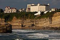 Europe/France/Aquitaine/64/Pyrénées-Atlantiques/Pays-Basque/Biarritz: Les falaises et l' Hôtel Mercure Thalassa Regina & du Golf  et son architecture Second Empire