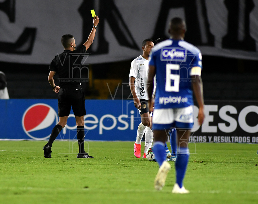 BOGOTA - COLOMBIA, 09-12-2020: Mauricio Perez, arbitro muestra tarjeta amarilla a Frank Lozano (Fuera de Cuadro) de Boyaca Chico F. C., durante partido entre Millonarios F. C. y Boyaca Chico F. C. de la fecha 3 por la Liguilla BetPlay DIMAYOR 2020 jugado en el estadio Nemesio Camacho El Campin de la ciudad de Bogota. / Mauricio Perez, referee shows yellow card to Frank Lozano (Out of Pic) of Boyaca Chico F. C., during a match between Millonarios F. C. and Boyaca Chico F. C. of the 3rd date for the BetPlay DIMAYOR 2020 Liguilla played at the Nemesio Camacho El Campin Stadium in Bogota city. / Photo: VizzorImage / Luis Ramirez / Staff.