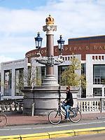 Blauwe Brug über Amstel vor Nationale Opera + Ballet, Amsterdam, Provinz Nordholland, Niederlande<br /> Blauwe Brug crossing the  Amstel at Nationale Opera + Ballet, Amsterdam, Province North Holland, Netherlands
