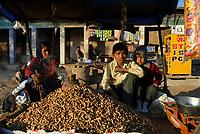 INDIA Rajasthan, village Paledi, children sell peanut / INDIEN Rajasthan , Kinder verkaufen Erdnuesse