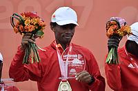 BOGOTÁ -COLOMBIA, 30-07-2017: Feyisa Lilesa de Etiopía, en categoría elite varones, se impuso en los 21 Km de la media maratón de Bogota 2017, mmB, con un tiempo de 1h 04m 30s. A la carrera asistieron más de 40.000 atletas. / Feyisa Lilesa of Ethiopia, in elite men category, won in the 21 Km of the Bogota Half Marathon 2017, mmB, with a time of 1h 04m 30s. At this edition were more than 40.000 athletes. Photo: VizzorImage/ Gabriel Aponte / Staff