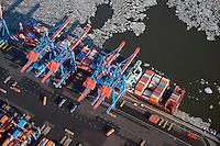 Containerschiffe an der CTA: EUROPA, DEUTSCHLAND, HAMBURG, (EUROPE, GERMANY), 02.02.2014: Der HHLA Container Terminal Altenwerder (CTA) mit dem 1.400 Meter langen Ballinkai im Stadtteil Altenwerder von Hamburg ist derzeit einer der weltweit modernsten Containerterminals. Er gehoert der Hamburger Hafen und Logistik AG (HHLA) (74,9 %) und der Hapag-Lloyd AG (25,1 %) und befindet sich am Koehlbrand, einem Seitenarm der Elbe, zwischen Kattwyk-Bruecke und Koehlbrandbruecke. Der CTA ist neben dem Eurogate-Containerterminal Hamburg, dem HHLA Containerterminal Buchardkai und dem HHLA Containerterminal Tollerort einer von derzeit vier Containerterminals in Hamburg. Der Betrieb auf der CTA lauft teilautomatisiert.