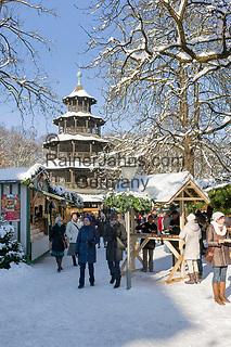 Deutschland, Bayern, Muenchen: Winter im Englischen Garten - Weihnachtsmarkt am Chinesischen Turm | Germany, Bavaria, Munich: winter at the English Garden - Christmas market at Chinese Tower