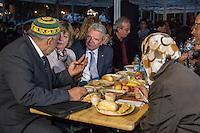 Bundespraesident Joachim Gauck nahm am Montag den 13. Juni 2016 in Berlin Moabit an einem gemeinsamen Fastenbrechen it Muslimen teil.<br /> Im Bild: Imam Abdallah Hajjir, die Lebensgefaehrtin des Bundespraesidenten und der Bundespraesident beim Ritual des Fastenbrechens und dem gemeinsamen Verzehr des Abendessens.<br /> 13.6.2016, Berlin<br /> Copyright: Christian-Ditsch.de<br /> [Inhaltsveraendernde Manipulation des Fotos nur nach ausdruecklicher Genehmigung des Fotografen. Vereinbarungen ueber Abtretung von Persoenlichkeitsrechten/Model Release der abgebildeten Person/Personen liegen nicht vor. NO MODEL RELEASE! Nur fuer Redaktionelle Zwecke. Don't publish without copyright Christian-Ditsch.de, Veroeffentlichung nur mit Fotografennennung, sowie gegen Honorar, MwSt. und Beleg. Konto: I N G - D i B a, IBAN DE58500105175400192269, BIC INGDDEFFXXX, Kontakt: post@christian-ditsch.de<br /> Bei der Bearbeitung der Dateiinformationen darf die Urheberkennzeichnung in den EXIF- und  IPTC-Daten nicht entfernt werden, diese sind in digitalen Medien nach §95c UrhG rechtlich geschuetzt. Der Urhebervermerk wird gemaess §13 UrhG verlangt.]
