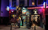 Nederland - Amsterdam 2020. Red Light District. Coffeeshop The Bulldog op de Wallen. Foto Berlinda van Dam / Hollandse Hoogte