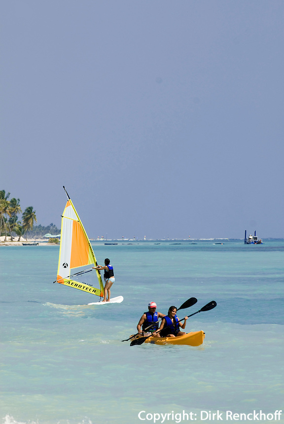 Dominikanische Republik, Windsurfer am Strand des Punta Cana Beach Resort und Club