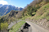 Wanderweg bei Gergeti zur Dreifaltigkeitskirche Zminda Sameba. / Hiking trail to Monastery Zminda Sameba.