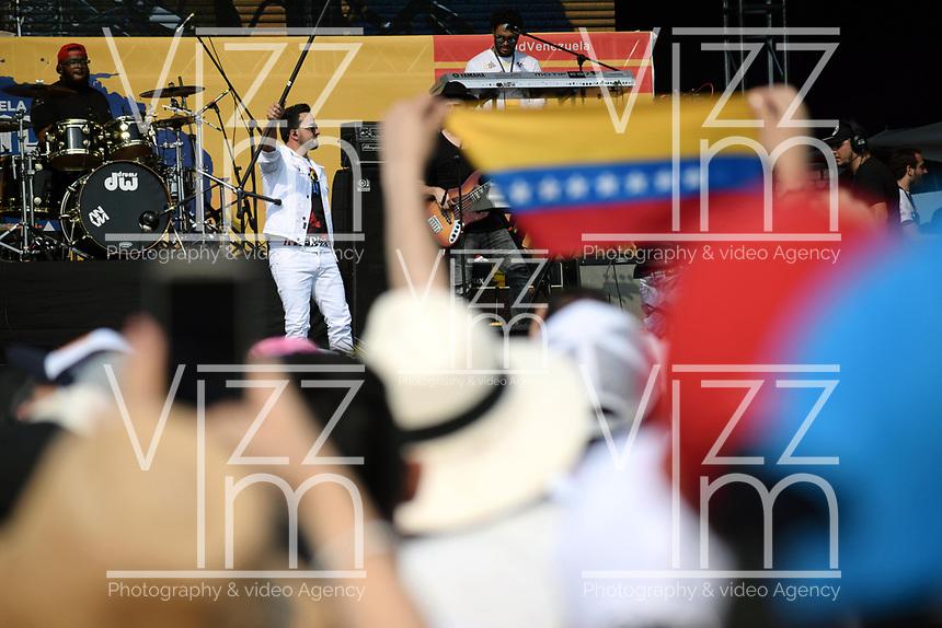 """CUCUTA - COLOMBIA, 22-02-2019: Luis Fonsi cantante puertoriqueño durante el concierto """"Venezuela Aid Live"""" que se realiza hoy, 22 de febrero de 2019, en el puente internacional Las Tienditas en la frontera de Cucuta, Colombia con Venezuela, con el objetivo de pedir al gobierno de Nicolás Maduro permitir la entrada de ayuda humanitaria a su país. En el concierto participarán 35 artistas regionales e internacionales en una escenario giratorio. / Luis Fonsi puertorican singer performs during the concert """"Venezuela Aid Live"""" on the International bridge las Tienditas on the border of Cucuta, Colombia with Venezuela with the objetive of asking to the Maduro's regimen allow the humanitarian aid to income to the Venezuelan territories. In the concert, 35 regional and international artists participate in a revolving stage. Photo: VizzorImage / Manuel Hernandez / Cont"""