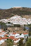 Portugal, Algarve, Alcoutim: View over Alcoutim and Spanish village of Sanlucar de Guadiana on Rio Guadiana river | Portugal, Algarve, Alcoutim: Blick ueber das portugiesische Dorf Alcoutim und das spanische Dorf Sanlucar de Guadiana beide am Rio Guadiana gelegen
