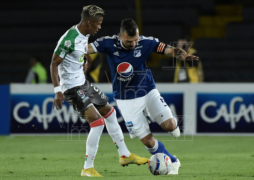 BOGOTA - COLOMBIA, 22-09-2018: Andres Cadavid Cardona (Der) jugador de Millonarios disputa el balón con Mauricio Carreazo (Izq) jugador de Once Caldas durante partido por la fecha 11 de la Liga Águila II 2018 jugado en el estadio Nemesio Camacho El Campin de la ciudad de Bogotá. / Andres Cadavid Cardona (R) player of Millonarios fights for the ball with Mauricio Carreazo (L) player of Once Caldas during the match for the date 11 of the Liga Aguila II 2018 played at the Nemesio Camacho El Campin Stadium in Bogota city. Photo: VizzorImage / Gabriel Aponte / Staff.