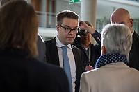 5. Sitzung des Unterausschusses des Verteidigungsausschusses des Deutschen Bundestag als 1. Untersuchungsausschuss am Donnerstag den 21. Maerz 2019.<br /> In dem Untersuchungsausschuss soll auf Antrag der Fraktionen von FDP, Linkspartei und Buendnis 90/Die Gruenen der Umgang mit externer Beratung und Unterstuetzung im Geschaeftsbereich des Bundesministeriums fuer Verteidigung aufgeklaert werden. Anlass der Untersuchung sind Berichte des Bundesrechnungshofs ueber Rechts- und Regelverstoesse im Zusammenhang mit der Nutzung derartiger Leistungen.<br /> Einziger Tagesordnungspunkt war die Konstituierung des Unterausschusses als Untersuchungsausschuss.<br /> Im Bild: Tobias Lindner, Obmann von Buendnis 90/DieGruenen im Gespraech mit Marie-Agnes Strack-Zimmermann, Obfrau der Freien Demokraten, FDP.<br /> 21.3.2019, Berlin<br /> Copyright: Christian-Ditsch.de<br /> [Inhaltsveraendernde Manipulation des Fotos nur nach ausdruecklicher Genehmigung des Fotografen. Vereinbarungen ueber Abtretung von Persoenlichkeitsrechten/Model Release der abgebildeten Person/Personen liegen nicht vor. NO MODEL RELEASE! Nur fuer Redaktionelle Zwecke. Don't publish without copyright Christian-Ditsch.de, Veroeffentlichung nur mit Fotografennennung, sowie gegen Honorar, MwSt. und Beleg. Konto: I N G - D i B a, IBAN DE58500105175400192269, BIC INGDDEFFXXX, Kontakt: post@christian-ditsch.de<br /> Bei der Bearbeitung der Dateiinformationen darf die Urheberkennzeichnung in den EXIF- und  IPTC-Daten nicht entfernt werden, diese sind in digitalen Medien nach §95c UrhG rechtlich geschuetzt. Der Urhebervermerk wird gemaess §13 UrhG verlangt.]