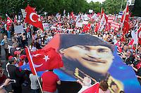 Bis zu 6.000 Menschen demonstrierten am Samstag den 8. Juni 2013 in Berlin gegen den tuerkischen Ministerpraesidenten Erdogan und die Regierungspartei AKP. Sie solidarisierten sich mit den Menschen, die in der Tuerkei seit Ende Mai fuer mehr Demokratie und gegen die Regierung demonstrieren.<br />8.6.2013, Berlin<br />Copyright: Christian-Ditsch.de<br />[Inhaltsveraendernde Manipulation des Fotos nur nach ausdruecklicher Genehmigung des Fotografen. Vereinbarungen ueber Abtretung von Persoenlichkeitsrechten/Model Release der abgebildeten Person/Personen liegen nicht vor. NO MODEL RELEASE! Don't publish without copyright Christian-Ditsch.de, Veroeffentlichung nur mit Fotografennennung, sowie gegen Honorar, MwSt. und Beleg. Konto:, I N G - D i B a, IBAN DE58500105175400192269, BIC INGDDEFFXXX, Kontakt: post@christian-ditsch.de<br />Urhebervermerk wird gemaess Paragraph 13 UHG verlangt.]