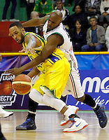 COLOMBIA -26-04-2013. Pedro Cubillan (d) de Once Caldas disputa el balón con Dorsey Darrin (i) de Bambuqueros durante partido de la fecha 5 fase II de la  Liga Direct TV de baloncesto Profesional de Colombia realizado en el coliseo Municipal de Caldas./ Pedro Cubillan (r) of Once Caldas fights for the ball with Bambuqueros player Dorsey Darrin (l) during match of the 5th date phase II of  DirecTV professional basketball League in Colombia at Municipal coliseum of Caldas. Photo: VizzorImage/Yonboni/STR