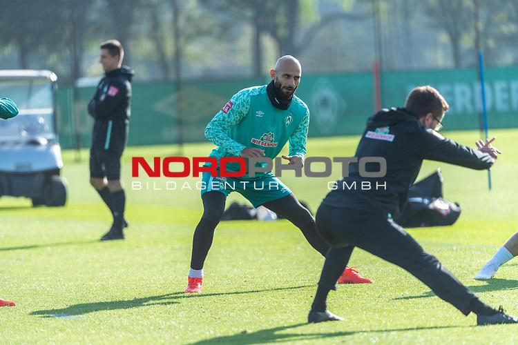 13.10.2020, Trainingsgelaende am wohninvest WESERSTADION - Platz 12, Bremen, GER, 1.FBL, Werder Bremen Training<br /> <br /> <br /> Ömer / Oemer Toprak (Werder Bremen #21)<br /> Henrik Frach (Athletik-Trainer SV Werder Bremen )<br /> <br /> Aufwärmen vor dem Training<br /> Querformat<br /> <br /> <br /> Foto © nordphoto / Kokenge