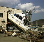 On March 11, 2011, earthquake of magnitude 9.0 and devastating tsunami hit the Tohoku area, killing more than 15,000 people and missing more than 5,000 people. A boat crashed into a building by tsunami.<br /> <br /> Le 11 mars 2011, un séisme de magnitude 9,0 et un tsunami dévastateur ont frappé la région de Tohoku, faisant plus de 15 000 morts et plus de 5 000 disparus. Un bateau s'est écrasé dans un bâtiment suite au tsunami.
