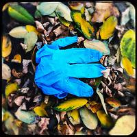 Ein gebrauchter medizinische Schutzhandschuh liegt auf der Strasse in Berlin.<br /> 2.11.2020, Berlin<br /> Copyright: Christian-Ditsch.de.