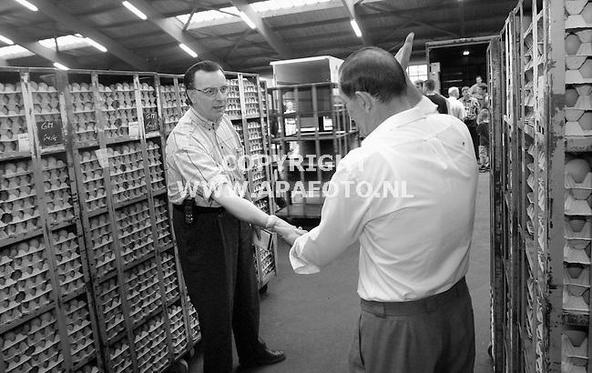 Barneveld, 160801<br />Eiermarkt, eierverkoper van Raai onderhandeld met een koper.<br />Foto: Sjef Prins / APA Foto.