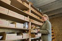 Europe/France/Midi-Pyrénées/46/Lot/Dégagnac: Christine Latour dans son magasin, vente d'épices et condiments du monde entier- Aromatiques Tropicales- Moulin de La Serre