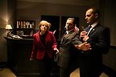 """Angela Merkel zu Gast bei Jaroslaw Kaczynski.<br />  Die Serie """"Das Ohr des Vorsitzenden"""" nimmt u.a. die antideutschen Ressentiments der polnischen Regierungspartei PiS aufs Korn. Millionen Polen schauen sich die Satire an."""