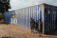 SOUTH SUDAN  Bahr al Ghazal region , Lakes State, town Cuibet,children infront of P&O container / SUED-SUDAN  Bahr el Ghazal region , Lakes State, Cuibet , Kinder vor einem P6O container