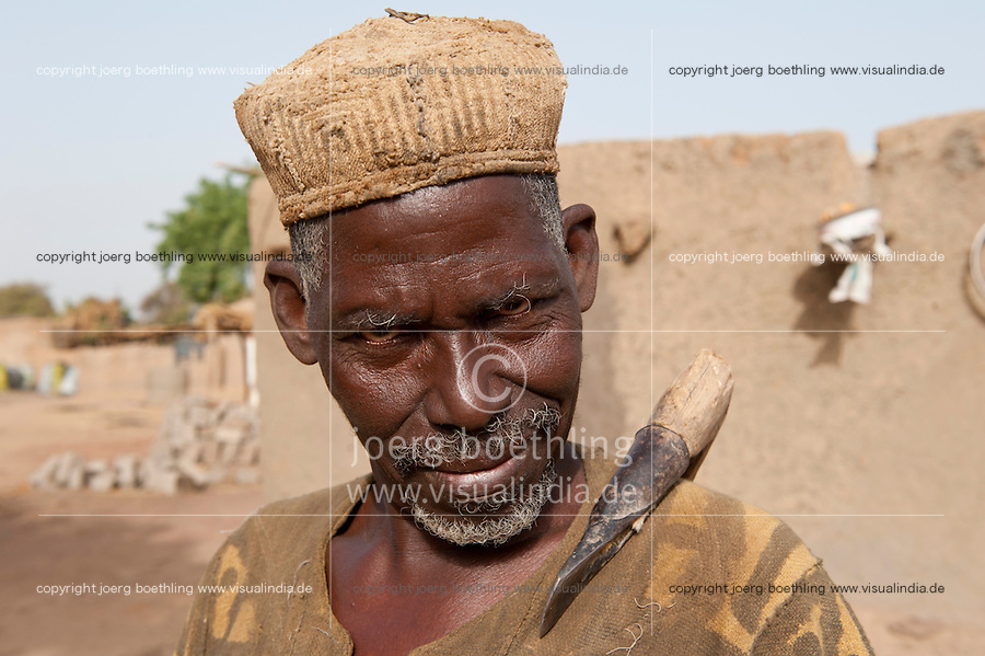 MALI , traditional healer in village Dialkoro / MALI , Medizinmann im Dorf Dialkoro