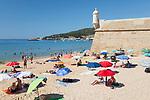 Portugal, Lissabon Region, Sesimbra: Strand und Festung auf der Península de Setúbal an der Atlantikkueste | View over beach and fort on sunny summer morning, Sesimbra, Setubal district, Lisbon region, Portugal