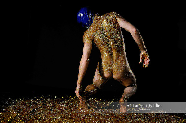 Yves Klein / Eric Arnal Burtschy<br /> Conception, chorégraphie et danse : Eric Arnal Burtschy<br /> Costume : Solène Faure<br /> Studio 14PM, Gentilly<br /> le 07/04/2012