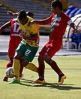 NEIVA - COLOMBIA -13 -07-2016: William Duarte (Izq.) jugador de Atletico Huila disputa el balón con Jonathan Muñoz (Der.) jugador de Atletico Bucaramanga, durante partido entre Atletico Huila y Cortulua, por la fecha 3 de la Liga Aguila II 2016 en el estadio Guillermo Plazas Alcid de Neiva. / William Duarte (L), player of Atletico Huila vies for the ball with Jonathan Muñoz (R) player of Atletico Bucaramanga, during a match between Atletico Huila and Cortulua, for the date 3 of the Liga Aguila II 2016 at the Guillermo Plazas Alcid Stadium in Neiva city. Photo: VizzorImage  / Sergio Reyes / Cont.