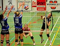 Tievolley Tielt - Vlamvo Vlamertinge :Julie  Libeert smasht de bal in het blok van Julie Decock (links) en Lies Vanheule (midden).foto VDB / BART VANDENBROUCKE
