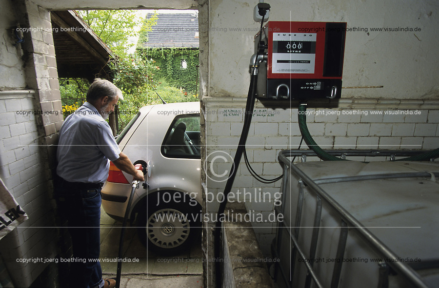 Europa Deutschland, Betanken eines Volkswagen VW Golf mit Elsbett Motor mit Pflanzenoel von Zapfsaeule in Garage  / Europe Germany, fuel-station with vegetable oil for car VW Golf car with Elsbett engine motor
