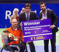 19-12-10, Tennis, Rotterdam, Reaal Tennis Masters 2010,   Maikel Scheffers winnaar REAAL NRK ontvangt de prijs uit handen van Dhr. Stijn directeur verkoop REAAL en toernooi directeur Raemon Sluiter(R)