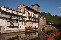 Europe/France/Aquitaine/64/Pyrénées-Atlantiques/Pays-Basque/Saint-Jean-Pied-de-Port: Le pont romain sur la Nive de Béhérobie et l'église Notre-Dame